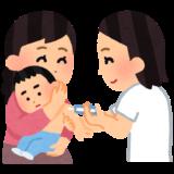お母さんに抱かれて注射される赤ちゃんの画像
