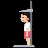 体操着で身長を計っている子供